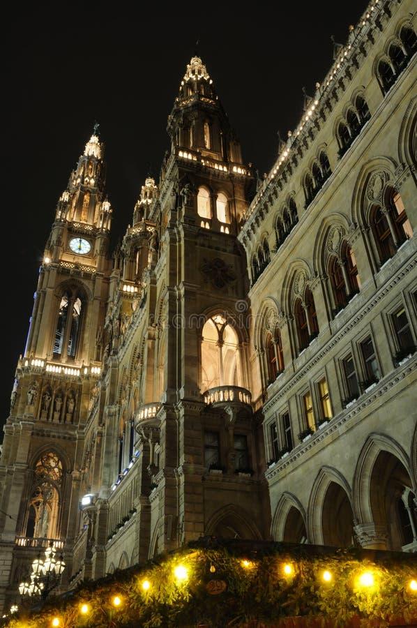 Rathaus nachts in Wien, Österreich stockfotos