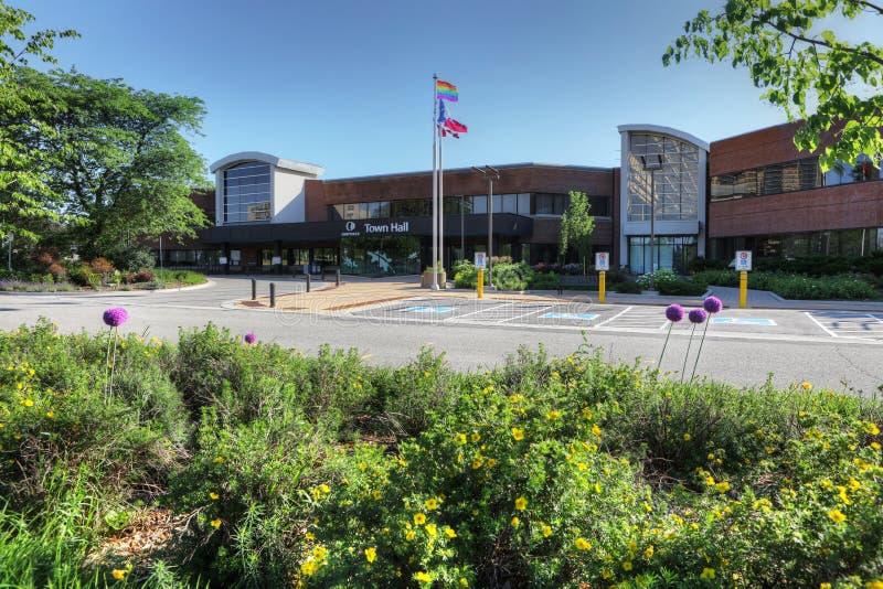 Rathaus in Oakville, Kanada mit Flaggen vor lizenzfreies stockfoto