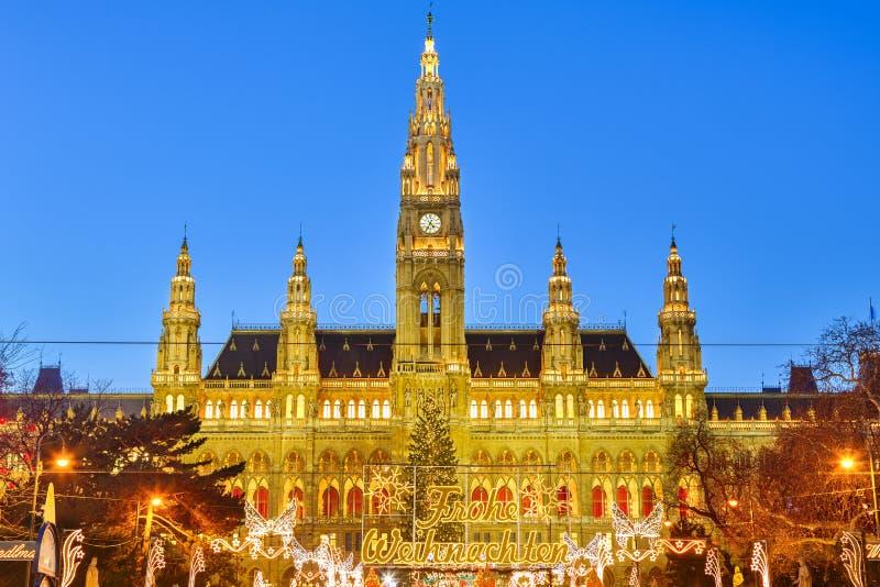 Rathaus och julmarknad i Wien arkivbilder