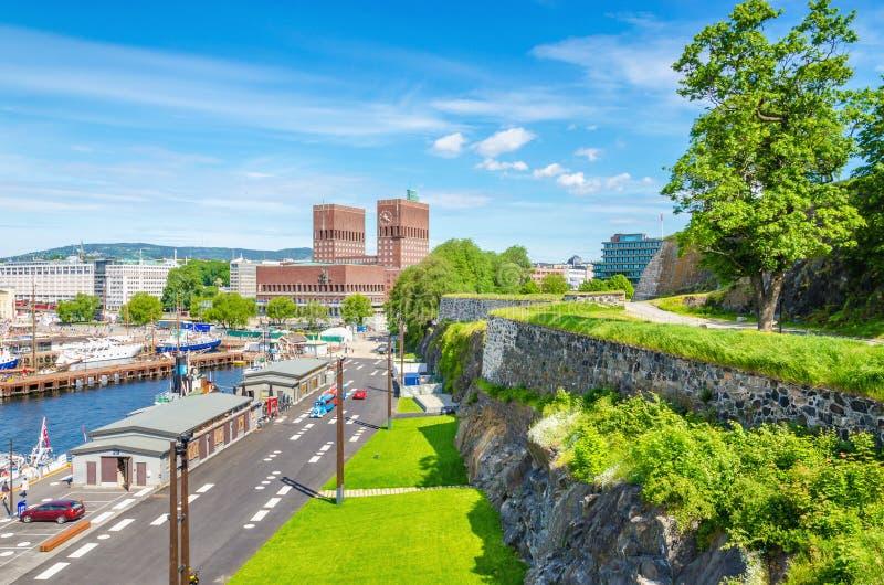 Rathaus in Oslo von Akershus-Schloss, Norwegen stockbilder