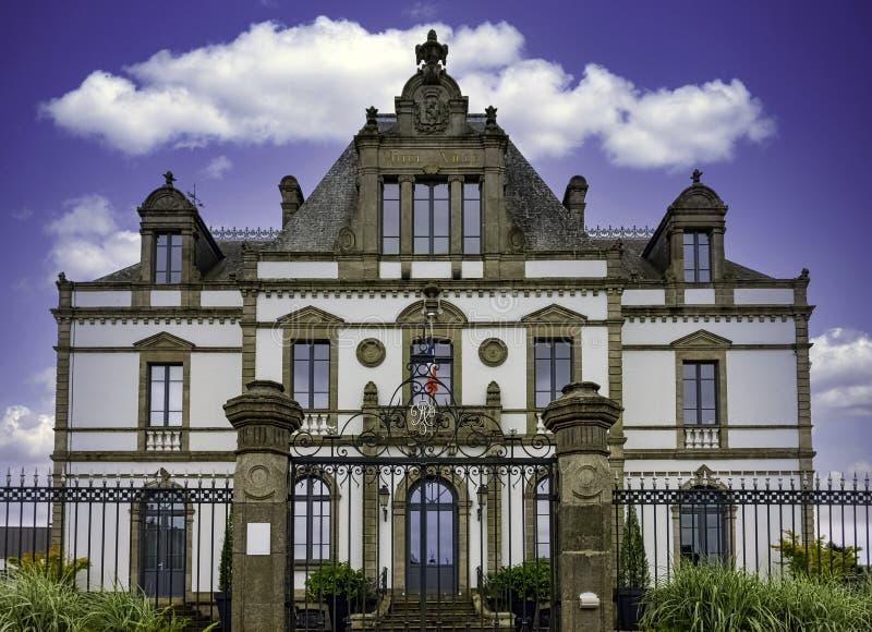 Rathaus in Ploermel, Bretagne, Frankreich lizenzfreie stockbilder