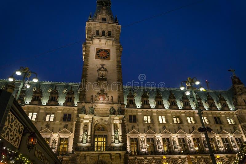 Rathaus renässansstadshus på natten, Hamburg, Tyskland arkivfoto