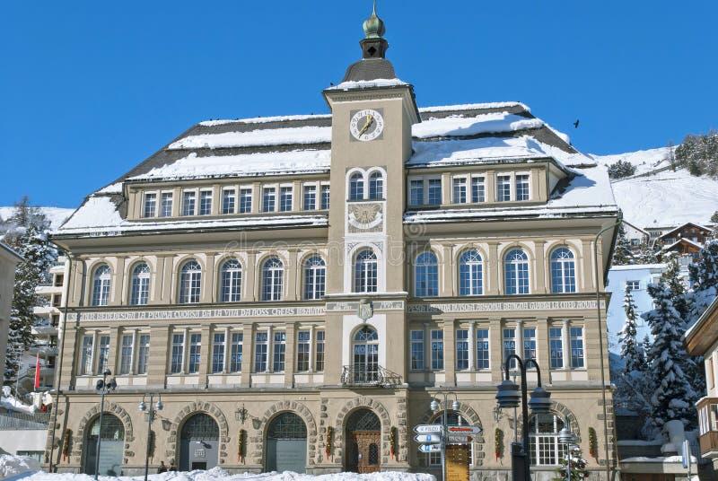 Rathaus in St Moritz stockfotos