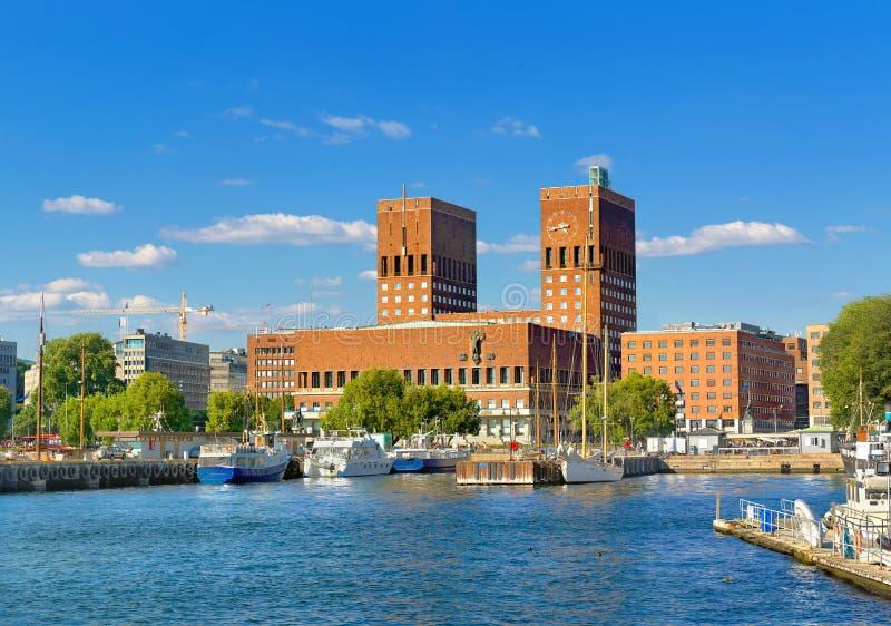 Rathaus und Hafen, Oslo Norwegen, Europa lizenzfreie stockfotos