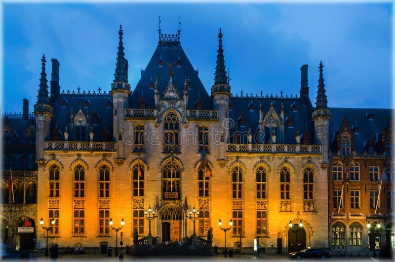Rathaus von Brügge, Belgien am Abend stockfotografie