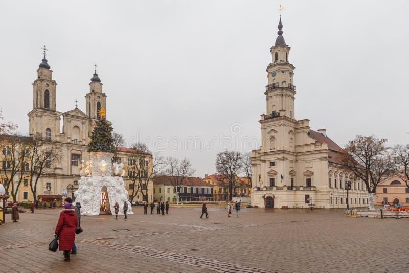 Rathaus von Kaunas und von Weihnachtsbaum an der Stadt Hall Square, Kaunas, Litauen stockfotografie