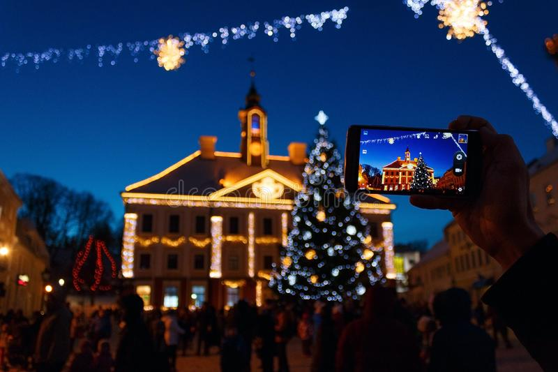 Rathaus von Tartu im neues Jahr ` s Dekor und im Weihnachtsbaum lizenzfreies stockbild