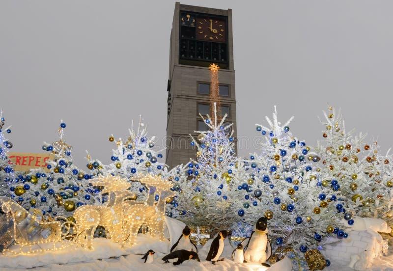 Rathaus zur Weihnachtsmarktzeit stockbilder
