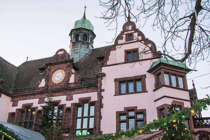 Rathausplatz在圣诞节时间的城镇厅正方形,弗莱堡 库存照片