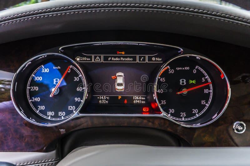 RATHENOW DEUTSCHLAND AM 17. AUGUST 2014: Bentley Mulsanne und kontinentales GT während der Probefahrt lizenzfreie stockbilder
