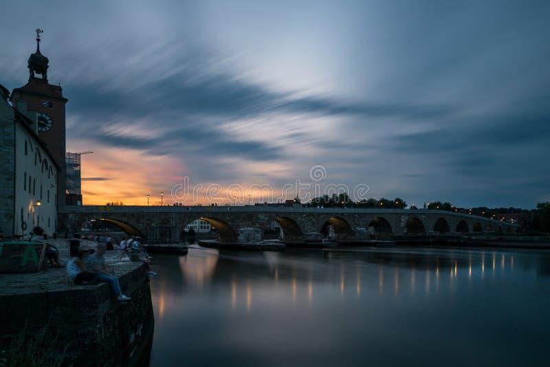 Ratisbonne au coucher du soleil avec le Danube, la cathédrale et le pont de pierre, Allemagne images stock