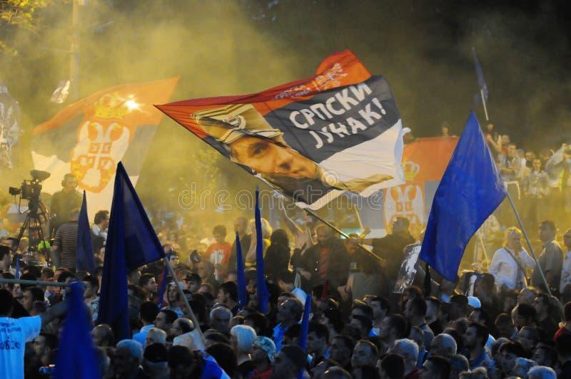 Ratko Mladic schilderte auf einer serbischen Flagge lizenzfreies stockbild