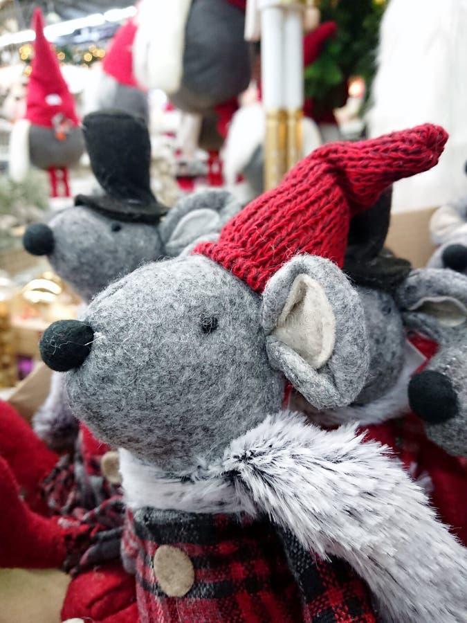Rato cinzento de brinquedo de Natal num chapéu fotografia de stock