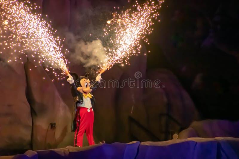 Rato de Mickey com os fogos de artifício que saem de suas mãos na mostra de Fantasmic em estúdios de Hollywood em Walt Disney Wor fotografia de stock