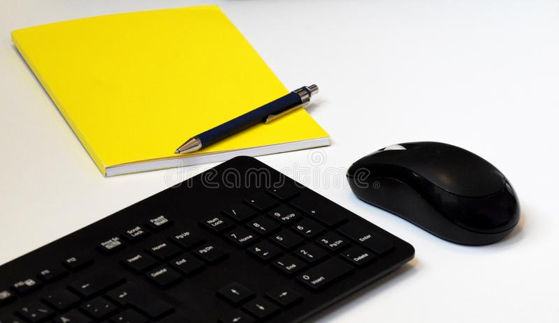 Rato do bloco de notas, da pena, do teclado e do computador fotografia de stock royalty free