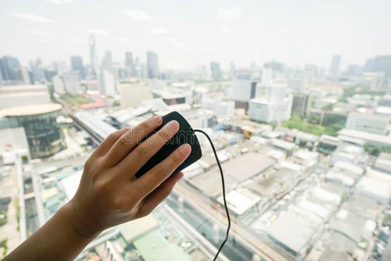 Rato do computador da posse do oficial com mão esquerda imagens de stock royalty free