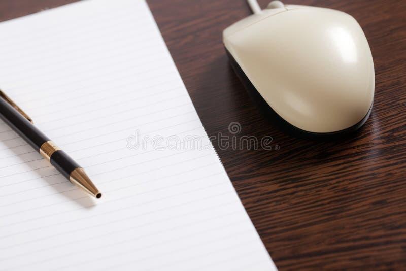 Rato e pena do computador com papel imagens de stock