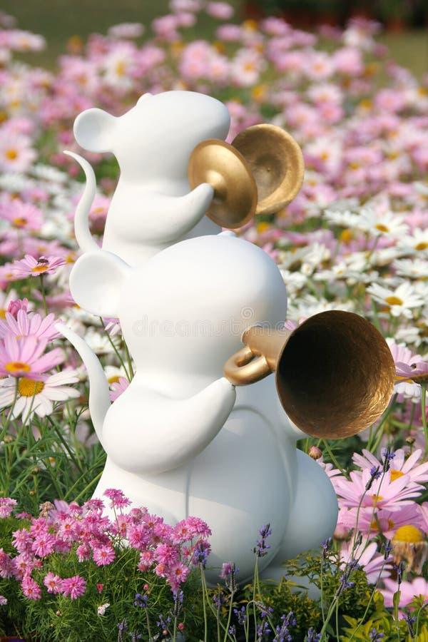 Ratos brancos no jardim da mola imagens de stock