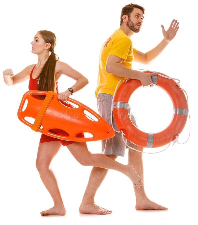 Ratownicy biega z ratowniczy ringowy boja na obowiązku zdjęcie stock
