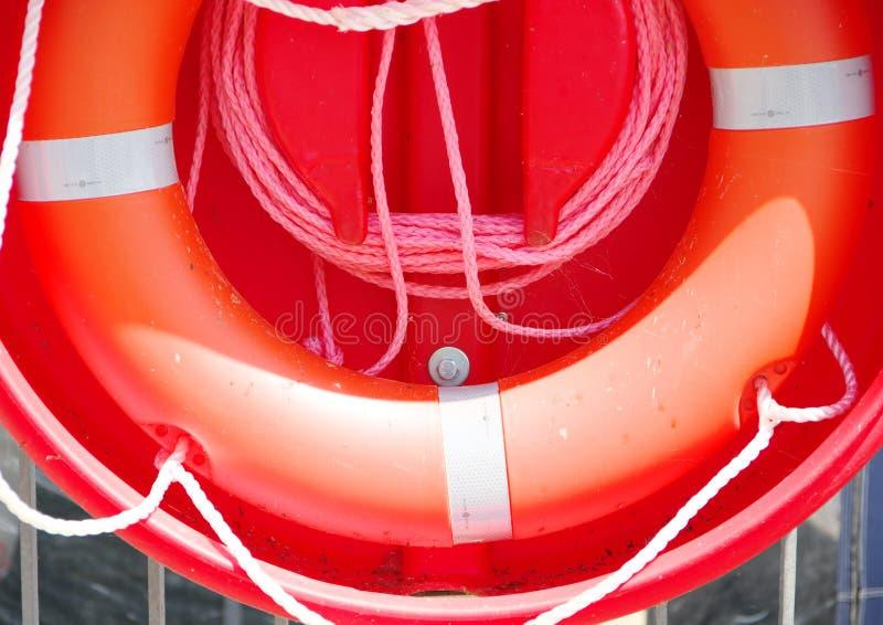 Ratowniczy pierścionek w jaskrawej czerwieni obrazy stock