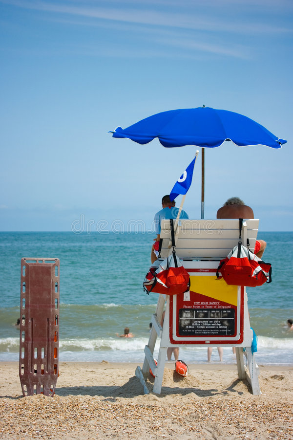 ratowników patrzeć na plaży zdjęcie royalty free
