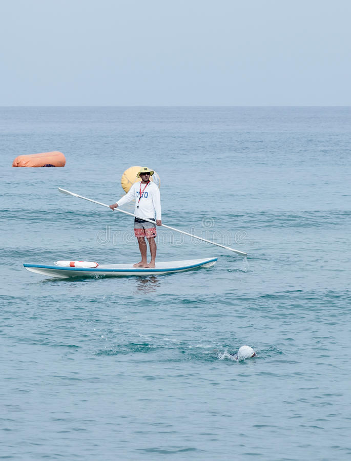 Ratownik na lifeboat ogląda uczestników rocznik t obrazy stock