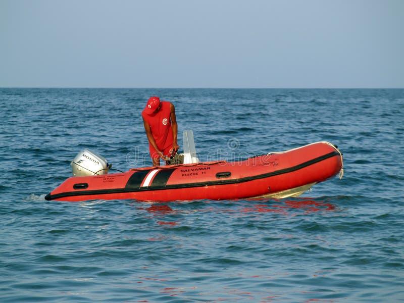 Ratownik na morskiej łodzi ratunkowej na służbie fotografia royalty free