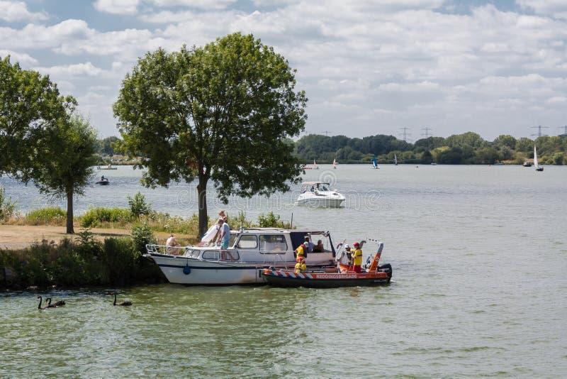 Ratownik pomaga łodzi przy przeciekiem obraz stock