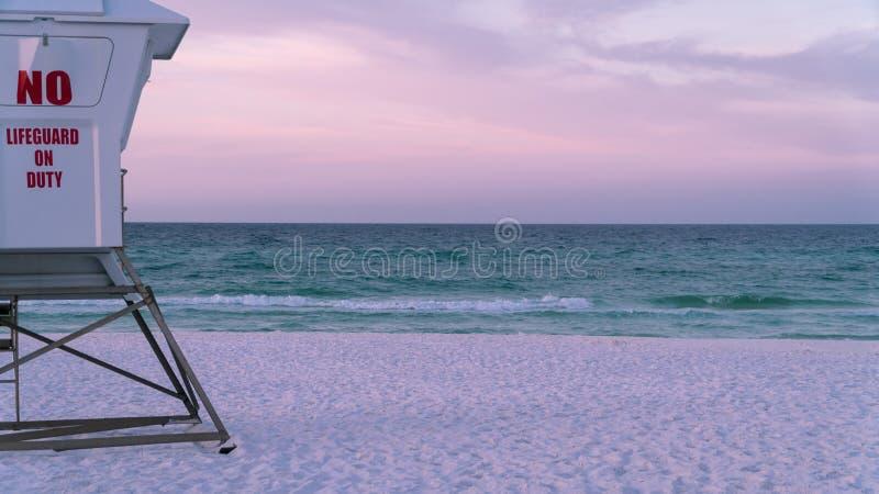 Ratownik stacja na pięknej białej piaska Floryda plaży z błękitne wody obraz royalty free