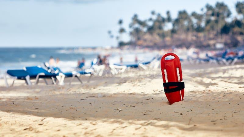 Ratownik stojący w piasku pływak ratowniczy zdjęcie stock