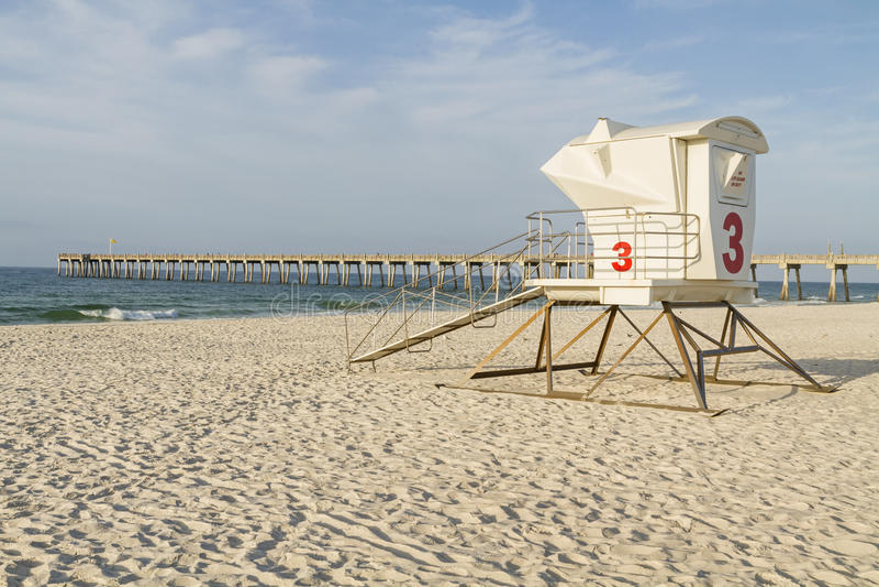 Ratownika molo na Pensacola plaży i stacja zdjęcie stock