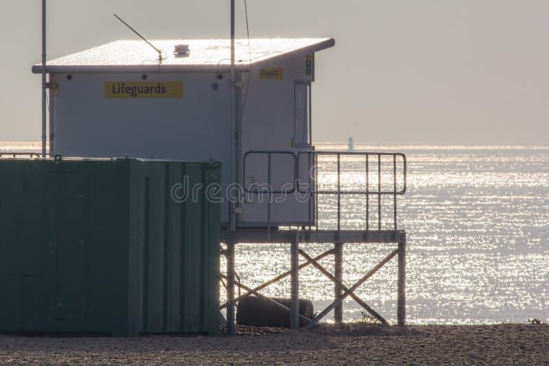 Ratownika punktu obserwacyjnego stacja przegapia mgławego spokojnego morze Nadmorski saf zdjęcie royalty free