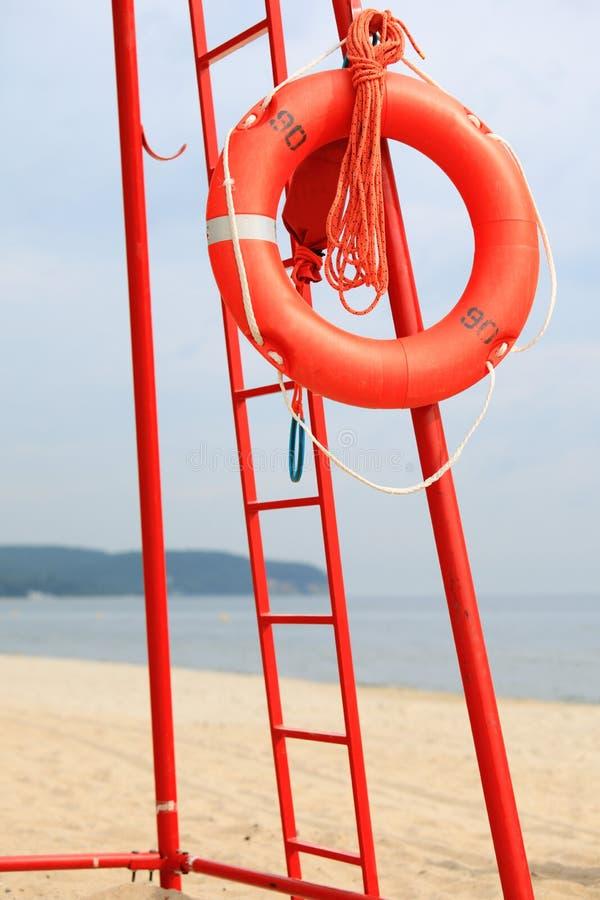 Ratownika sprzętu ratowniczego plażowa pomarańcze lifebuoy zdjęcia stock