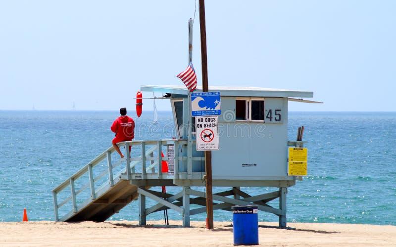 Ratownika stojak przy plażą zdjęcie stock