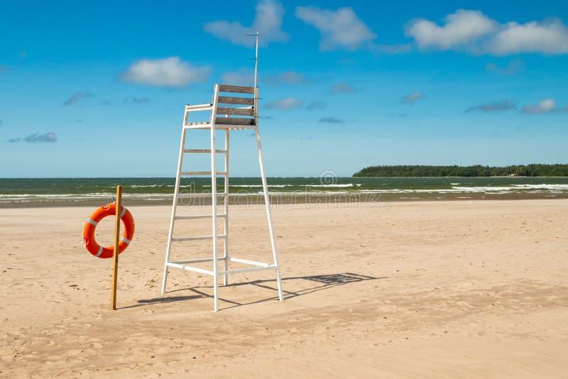Ratownika wierza i lifering na pięknej piaskowatej plaży Yyteri przy latem, w Pori, Finlandia zdjęcia stock