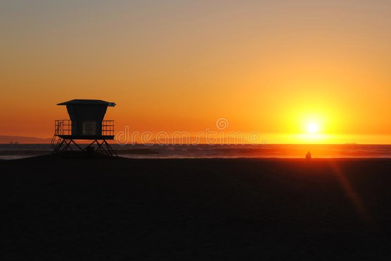 Ratownika wierza na kalifornijczyk plaży przy zmierzchem obraz royalty free