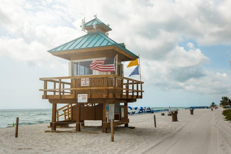 Ratownika wierza na plaży, Atlantycki oceanu niebieskie niebo, palmy przy tłem pla?owy s?awny obraz stock