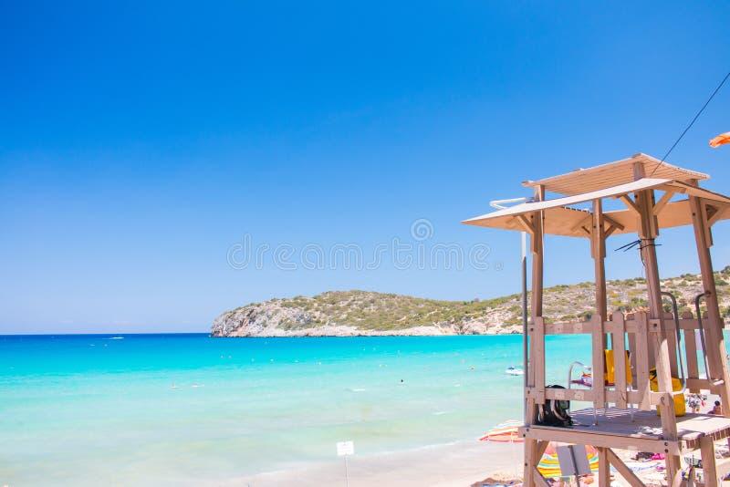 Ratownika wierza przy piękną błękit plażą Grecja, Crete, Voulisma plaża Ratownik kabina na plaży fotografia royalty free