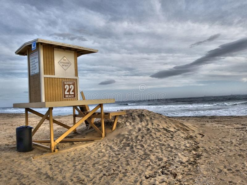 Ratownika wierza przy zmierzch plażą w Kalifornia zdjęcie stock