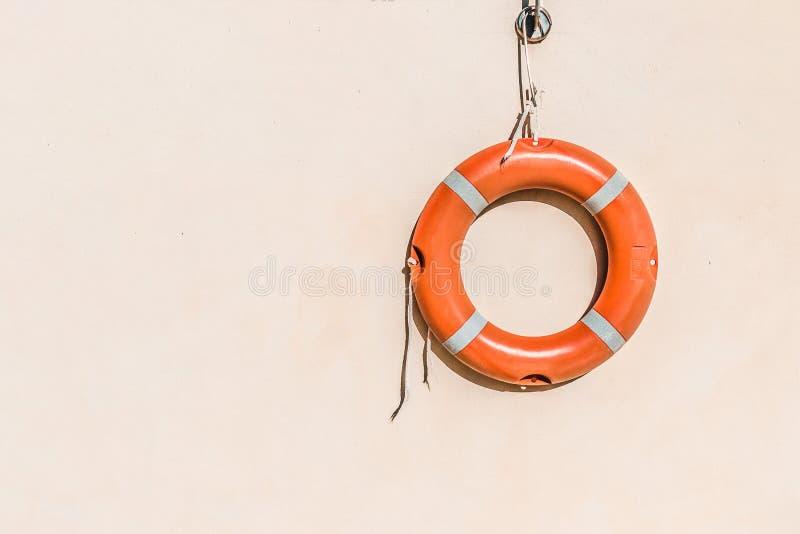 Ratownika wyposażenie, pomarańczowy lifebelt z linowym zrozumieniem na ścianie blisko pływackiego basenu fotografia stock