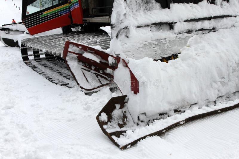 Ratrac Ratrack, machine de toilettage de neige prépare des pentes pour des skieurs sur une station de sports d'hiver en montagnes images stock
