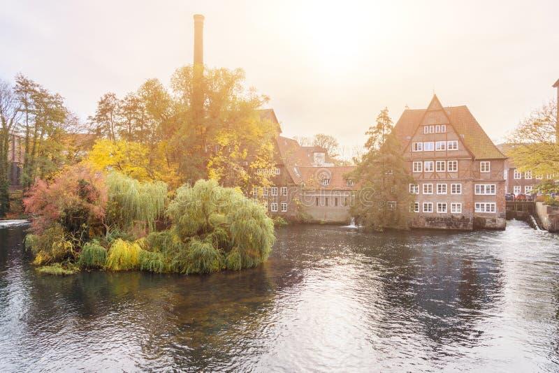 Ratsmuhle lub stary wodny młyn na Ilmenau rzece w Luneburg Niemcy obrazy stock