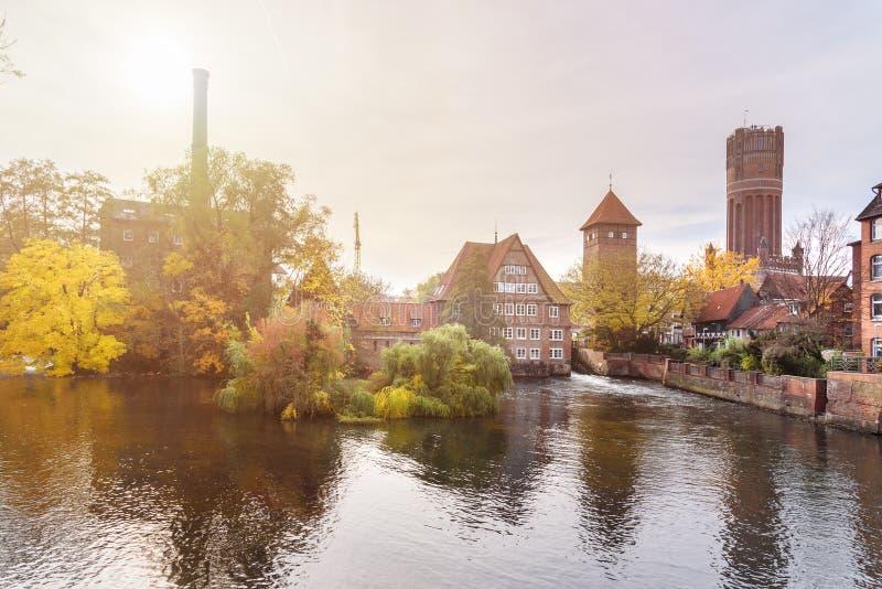Ratsmuhle o vecchio mulino a acqua e Wasserturm o torre di acqua sul fiume di Ilmenau in Luneburg germany immagini stock