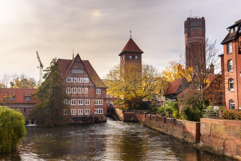 Ratsmuhle o vecchio mulino a acqua e Wasserturm o torre di acqua sul fiume di Ilmenau in Luneburg germany fotografia stock