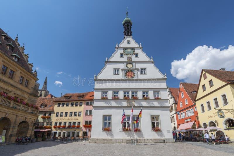 Ratstrinkstube fasad med den klocka-, data-, vapensköld- och solvisartavlan i Rothenburg obder Tauber, Franconia, Bayern, Tysklan arkivbild
