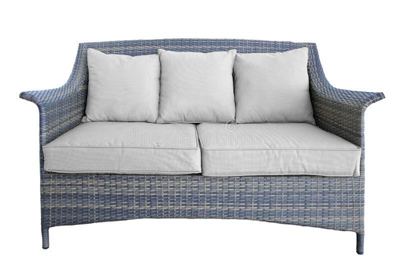Rattan-Couch im Freien mit zwei Seat und Kissen, Weiß lokalisiert stockfoto