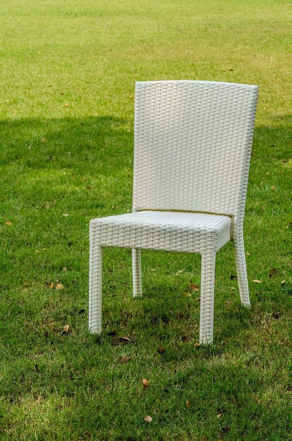 Rattan krzesło w ogródzie obrazy royalty free