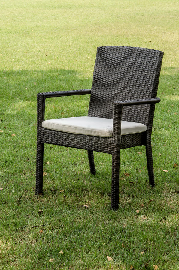Rattan krzesło z poduszką w ogródzie zdjęcia stock