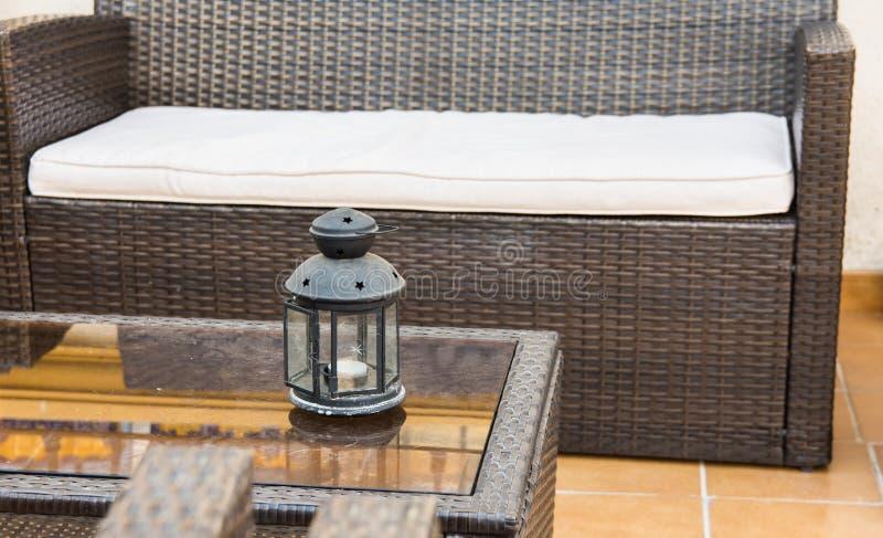 Rattan meble, kanap karła, szklany stolik do kawy z świeczka właścicielem, czerep patio, ganeczek, śródziemnomorski fotografia royalty free