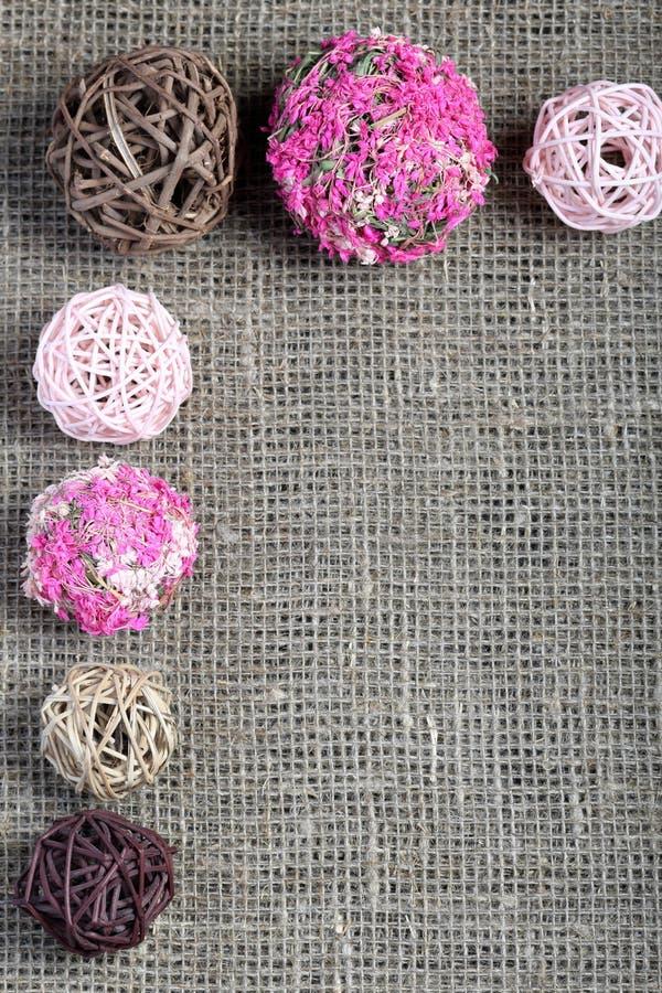 Rattan piłki różnorodni kształty i kolory Rozkładający na szorstkiej bieliźnianej tkaninie obraz stock